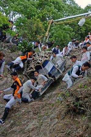 難所の「二本松」を滑り降りる神輿(4日午後3時20分、東近江市伊庭町・繖山)
