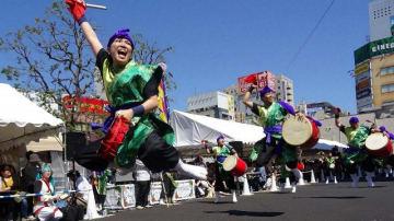 沖縄の伝統芸能「エイサー」を披露し、場内を盛り上げた=川崎市川崎区