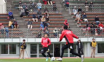 10試合連続無敗への期待を込めて、スタンドで練習を見学するサポーター=午前11時40分、札幌厚別公園競技場(玉田順一撮影)