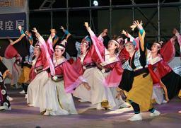 躍動感あふれる「踊っこひおか」の演技=加古川市役所前広場(撮影・津田和納)