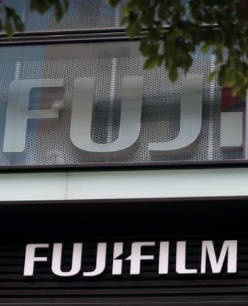 富士フイルムホールディングス本社が入るビルに掲げられたロゴ=2017年6月、東京都港区