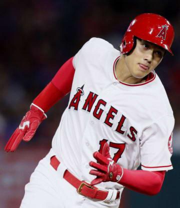 オリオールズ戦の4回、四球で出塁後、次打者シモンズの適時打で三塁に向かうエンゼルス・大谷翔平=アナハイム(共同)