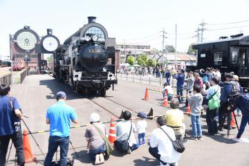 SLキューロク館の開館5周年記念イベントには、構内を走る蒸気機関車D51を一目見ようと多くのカメラマンや家族連れが集まった=栃木県真岡市台町