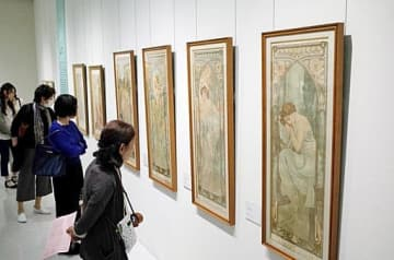 繊細で優美な作品に見入る来場者=4日、米子市美術館