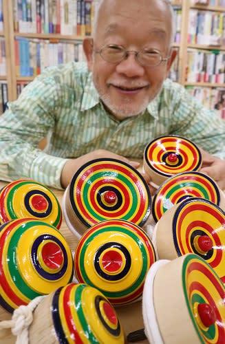 「子どもたちに長崎独楽を楽しんでほしい」と語る松原さん=長崎県長崎市銅座町、松原図書館
