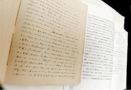 服部氏のノートの実物(手前)と翻刻した講義録