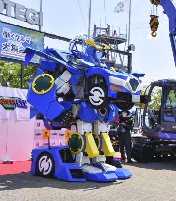 一般公開された、変形するロボット「ジェイダイト・ライド」=5日、栃木県茂木町
