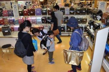 ランドセルを選ぶ親子ら=5日午前、東武宇都宮百貨店