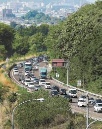 大型連休のUターンがピークを迎え、渋滞となった東北自動車道上り線=5日午後3時15分ごろ、福島市平石