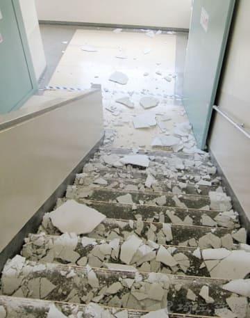 落下して階段に散乱した天井のモルタル=川口市立芝小学校(同市教委提供)