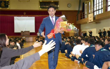 母校の後輩から歓迎を受け、笑顔を見せる山中さん(京都府精華町・京都廣学館高)