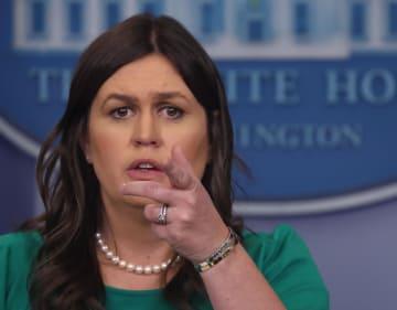 記者会見するサンダース報道官=7日、ホワイトハウス(ゲッティ=共同)