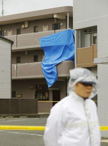 女性の遺体が見つかったマンション=8日午前9時32分、福岡市西区