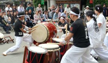 力強い太鼓の演奏を披露する神若会北野天神太鼓会のメンバー(京都市上京区・北野天満宮)