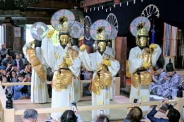 金色の仏の面を着けゆったりとした動きを見せる舞人たち(舞鶴市松尾・松尾寺)