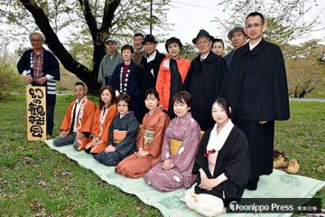 着物やマント姿で花見を楽しんだ「幻の観桜会」の参加者たち