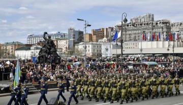 ロシアの戦勝73周年を祝う軍事パレードで行進する参加者=9日、ウラジオストク(共同)