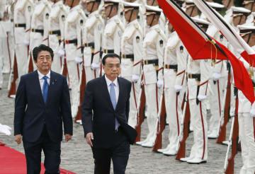 安倍首相(左)との会談を前に栄誉礼を受けた中国の李克強首相=9日午後、東京・元赤坂の迎賓館