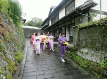 城下町の魅力を体験するモニターツアーの参加者ら。臼杵市は体験プログラムなどを通じ、交流人口の増加を図る
