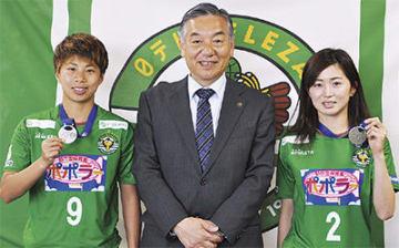 メダルを手にする田中選手(左)と清水選手