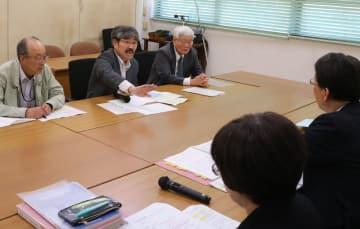 中川部長(手前右)に被爆2世・3世の実態調査などを求める被爆二世団体の幹部ら=長崎市議会会議室