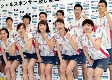 記者会見を終えガッツポーズを見せる山口茜(前列右)らバドミントン日本代表=5月10日、東京都北区の味の素ナショナルトレーニングセンター