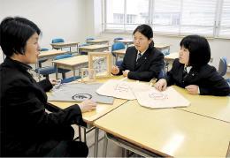 酒田光陵高がこれまでに開発したグッズについて話し合うスカイズのメンバーら
