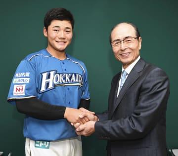 ソフトバンクの王貞治球団会長(右)と握手する日本ハム・清宮=ヤフオクドーム(代表撮影)