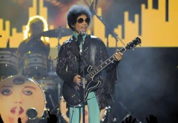 米ラスベガスでギターを演奏する人気歌手プリンスさん=2013年5月(AP=共同)