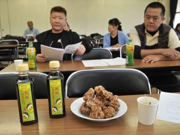 報告会で出された試食用「ソース唐揚げ」と馬松ソース