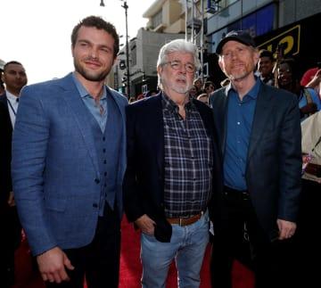 10日、米ハリウッドで開かれた「ハン・ソロ/スター・ウォーズ・ストーリー」のプレミア上映に駆け付けたジョージ・ルーカス監督(中央)ら(ロイター=共同)