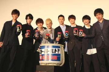 映画「ラスト・ホールド!」の初日舞台あいさつに登場した塚田僚一さん(左から4人目)