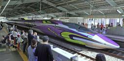 アニメ「新世紀エヴァンゲリオン」をデザインに取り入れた500系新幹線「500 TYPE EVA」=12日午前、JR新神戸駅(撮影・大森 武)