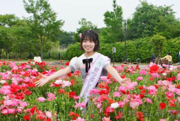 園内のポピー畑で笑顔を見せるAKB48チーム8埼玉県代表の高橋彩音さん=12日午前、松伏町大川戸の県営まつぶし緑の丘公園