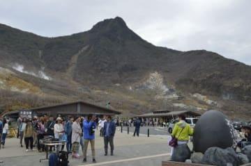 多くの観光客でにぎわう箱根山・大涌谷の園地内=2日、箱根町仙石原