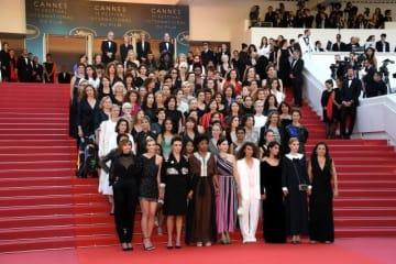 圧巻の光景! - カンヌのレッドカーペットで団結を表明した映画業界の女性たち - Venturelli / WireImage / Getty Images