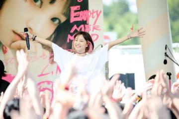 セブンパーク アリオ柏スマイル・パーク(千葉県柏市)でフリーライブ「LiVE in Smilepark Allfree !!」を開催したLiSAさん 写真:Viola Kam (V'z Twinkle)