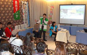 移住者や自治体の担当者が地元をPRした説明会=12日、大阪市中央区のシティプラザ大阪
