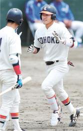 学院大-福祉大 5回福祉大2死三塁、吉田(右)が右越えに2点本塁打を放ち、次打者中野に迎えられる