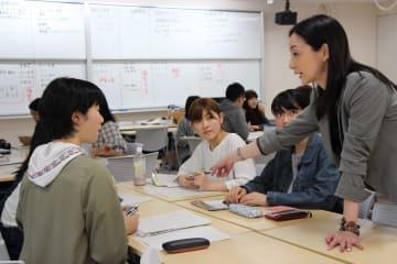 インターンシップの進め方について矢野准教授(右)と話し合う学生ら=長崎市文教町、長崎大