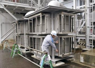 川内原発1号機の非常用ディーゼル発電機に取り付けられた火山灰対策用フィルター=13日午後、鹿児島県薩摩川内市