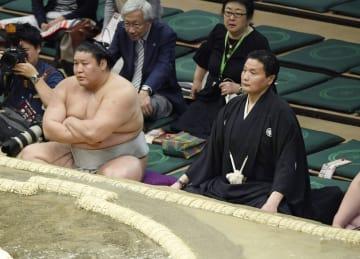 十両の取組で審判を務める貴乃花親方(右)。左は貴ノ岩=両国国技館