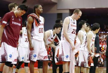 バスケットボール男子Bリーグ・チャンピオンシップ準々決勝第3戦で千葉に敗れ、ファンにあいさつするファジーカス(22)ら川崎の選手たち=13日、千葉県船橋市総合体育館