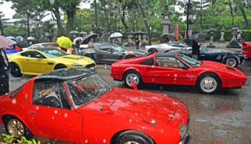 ずらりと並んだスーパーカーに見入る参拝者ら(京都市上京区・北野天満宮)