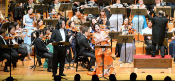 声楽家の中村恵理さん(手前右)らがオペラ「蝶々夫人」を披露した宮崎国際音楽祭の最終公演=13日午後、宮崎市・メディキット県民文化センター・アイザックスターンホール