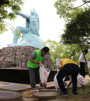清掃活動に取り組む会員ら=長崎市、平和公園