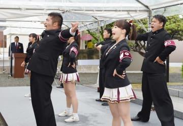 校歌「都の西北」を奉納する早稲田大学応援部=佐賀市の大隈重信記念館