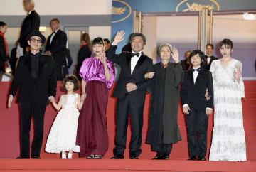 第71回カンヌ国際映画祭で、「万引き家族」の公式上映に向かう是枝裕和監督(中央)と出演者ら=13日、フランス・カンヌ(ゲッティ=共同)