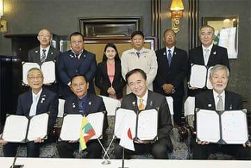 協定書を手にする各団体の代表出席者(神奈川県提供)