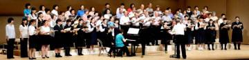 新居浜混声合唱団の定期演奏会で団員と一緒に声を重ねる一般公募の参加者